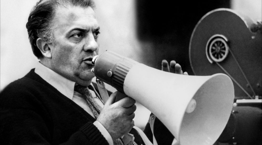 El-maestro-Federico-Fellini-en-acción